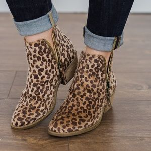 Very G sz 8.5 faux suede calf hair leopard booties